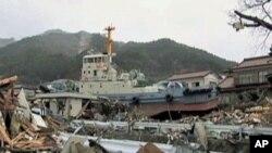 Một chiếc tàu kéo vẫn nằm ở sân sau của một căn nhà ở thị trấn Ofunato
