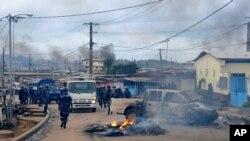 La police prend le contrôle d'une rue bloquée par une barricade en feu, dans le quartier Cocotiers de Libreville, au Gabon, 15 août 2012 (Archives). (AP Photo / Joel Bouopda Tatou)