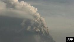 Núi lửa Merapi ở miền trung Java đã bắt đầu phun lửa hôm 26 tháng 10 khiến hơn 300 người thiệt mạng