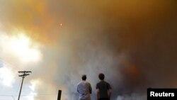 Bomberos en Colorado intentan controlar los devastadores fuegos que consumen hectárea por hectárea.