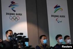 記者在北京冬奧會組織組織委員會總部出席記者會。 (2021年7月30日)