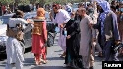 سلاح طالب سینۀ زن معترض افغان را نشانه گرفته است