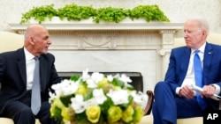 美國總統拜登在白宮橢圓形辦公室會晤阿富汗總統加尼。(2021年6月25日)