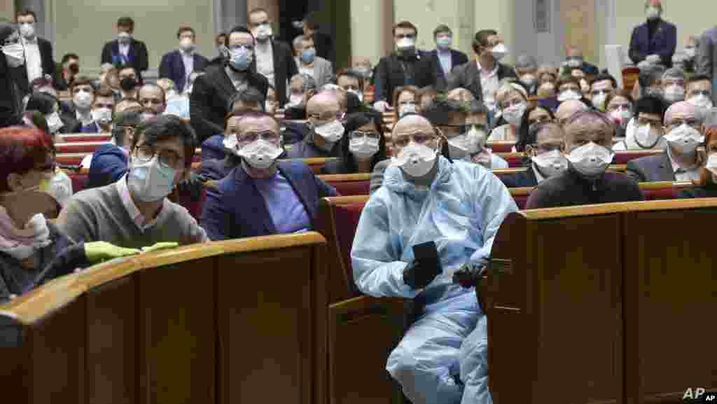 우크라이나 키예프의 의회에서 의원들이 신종 코로나바이러스 감염증(COVID-19)을 막기 위해 보호장비를 착용하고 있다.