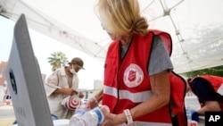 폭염 사태가 일어난 애리조나주 피닉스에서 구세군이 물을 나눠주고 있다.