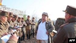 김정은 북한 국무위원장이 인민군 군단별 박격포병구분대의 포사격 훈련을 지도했다며 지난 달 10일 관영 조선중앙통신이 공개한 사진.