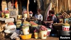 Sejumlah pedagang di pasar Konyo Konyo, Juba, Sudan Selatan, 12 Mei 2012. Polisi Sudan Selatan mengatakan mereka menemukan pria yang mencoba menjual dua anaknya di pasar ini. (Foto: Reuters/arsip)