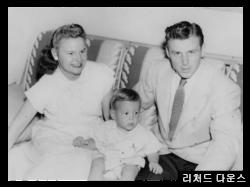 어린 시절 리처드 다운스와 어머니 일리노어 다운스와 북한에서 실종된 해롤드 다운스 가족사진.