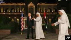 지난 3월 아랍에미리트를 방문해 셰이크 모하마드 빈 자예드 알나흐얀 아부다비(가운데) 왕세자 겸 아랍에미리트 통합군 부총사령관과 대화하고 있는 조 바이든(왼쪽) 미국 부통령.