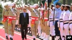 ملائیشیا کے وزیر اعظم مہاتیر محمد پاکستان کے اپنے دورے میں اسلام آباد میں گارڈ آف آنر کا معائنہ کر رہے ہیں۔ 22 مارچ 2019