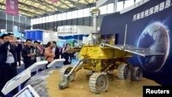지난달 중국 상하이에서 열린 박람회에서 방문객들이 달 탐사차 모델을 구경하고 있다. 중국은 2일 새벽 달 탐사위성 창어 3호를 발사했다.