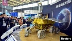 지난 5일 중국 상하이에서 열린 박람회에서 방문객들이 달 탐사차 모델을 구경하고 있다.