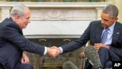 지난해 11월 미국 워싱턴DC를 방문한 베냐민 네타냐후 총리(왼쪽)가 백악관에서 바락 오바마 대통령을 만나 악수하고 있다. (자료사진)
