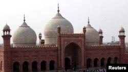 لاہور کی بادشاہی مسجد میں نماز جمعہ کے لیے لوگ جمع ہیں۔