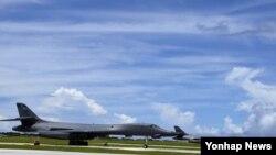 북한의 포위사격 위협을 받고 있는 괌 앤더슨 공군기지에서 장거리 전략폭격기 B-1B '랜서'가 대기하고 있다. 미 공군에 따르면 북한에서 2천100마일(3천379㎞)가량 떨어진 괌에는 현재 6대의 B-1B가 배치돼 있다.