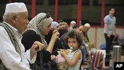 ຊາວປາແລສໄຕນ໌ພາກັນລໍຖ້າທີ່ຫ້ອງການກວດກາໜັງສືເດີນທາງຂອງອິຈິບ ທີ່ດ່ານຊາຍແດນ Rafah (28 ພຶດສະພາ 2011)