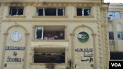 Trụ sở của tổ chức Huynh đệ Hồi giáo sau khi bị người biểu tình dùng gạch đá và bom xăng tấn công.
