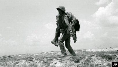 Một người lính Thủy quân Lục chiến VNCH mang xác một đồng đội.