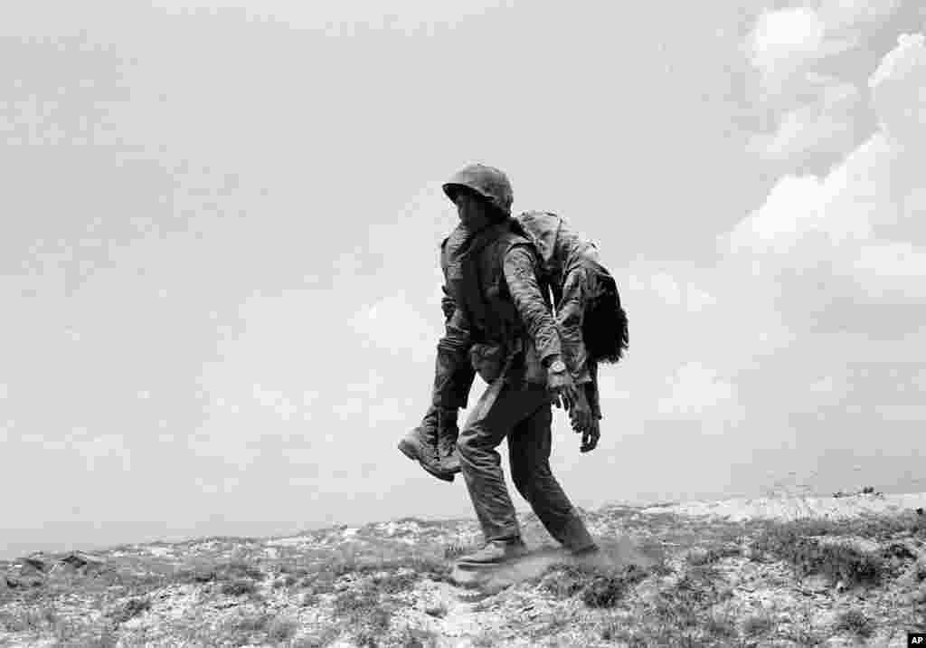 Một binh sĩ thủy quân lục chiến VNCH cõng xác một đồng đội.