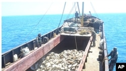 Một chiếc tàu đánh cá của Trung Quốc chở đầy các con hào đánh bắt được ở Biển Đông (hình do Hải quân Philippines cung cấp ngày 10/4/2012)
