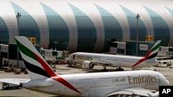资料照- 2014年5月8日,在迪拜机场的阿联酋航空民航机。
