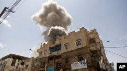 2015年5月10日前也门总统阿里在萨那的房子被沙特为首的空袭击中后浓烟升起。