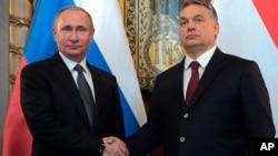 지난달 2일 블라디미르 푸틴 러시아 대통령(왼쪽)과 빅토르 오르반 헝가리 총리가 부다페스트에서 만나 악수하고 있다.