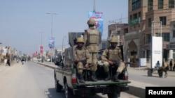 Une patrouille de soldats de l'armée pakistanaise dans les rues de Dera Ismail Khan, à 270 km au sud-ouest d'Islamabad, le 23 février 2009.