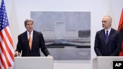 美國國務卿克里 (左) 與阿爾巴尼亞 總理埃迪.拉馬(右)舉行聯合記者會