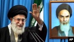 지난 3일 이란 당국 웹사이트에 공개된 최고지도자 아야톨라 알리 하메네이의 사진(왼쪽).