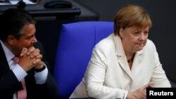 2016年6月28日德国柏林: 德国经济部长加布里尔(左)听总理默克尔谈英国脱欧后果