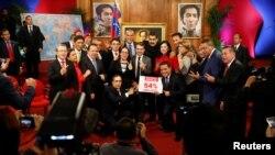 El presidente de Venezuela, Nicolás Maduro posa junto a los nuevos gobernadores de la nación elegidos el domingo 15 de octubre.