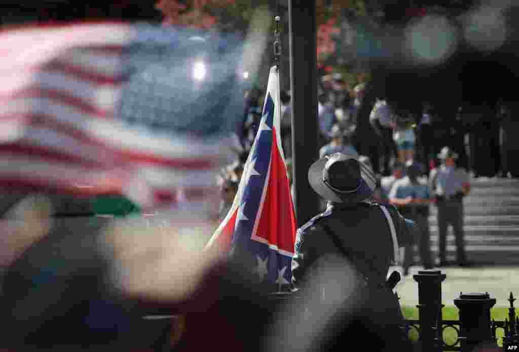 Lá cờ của Liên bang miền Nam được hạ xuống trong khuôn viên tòa nhà chính quyền ở thành phố Columbia, bang South Carolina. Thống đốc Nikki Haley chủ trì sự kiện này sau khi ký một dự luật lịch sử cho phép tháo bỏ lá cờ này ngày hôm trước.
