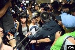 有示威者與保安人員發生推撞,場面混亂。(美國之音湯惠芸攝)