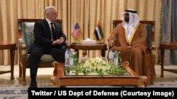 Le secrétaire américain à la Défense, James Mattis, à gauche, s'entretient avec le prince héritier d'Abou Dhabi Mohammed ben Zayed sur la coopération militaire entre Washington et les Emirats arabes unis, à Abou Dhabi, Emirats, 8 septembre 2018. (Twitter/