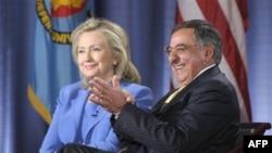 Ngoại trưởng Hillary Clinton (trái) và Bộ trưởng Quốc phòng Leon Panetta nói chuyện tại Học viện Quốc phòng Hoa Kỳ trong thủ đô Washington hôm 16/8/11