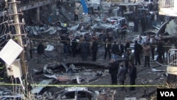 Las fuerzas de seguridad iraquíes inspeccionan un cráter causado por un atentado con coche bomba en el barrio de Karrada en Bagdad, Irak.