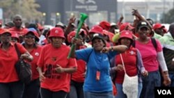 Para pegawai instansi pemerintah Afrika Selatan melakukan protes menuntut kenaikan gaji di Johannesburg.