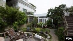 2013年8月,深圳一座居民樓的樓頂花園。中國不少官員擁有隱秘的房產。