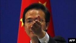 Phát ngôn viên Bộ Ngoại giao Trung Quốc Hồng Lỗi trả lời các phóng viên trong một cuộc họp báo ở Bắc Kinh