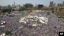 數萬民憤怒的埃及人星期五聚集在首都開羅解放廣場﹐要求加快改革進程和司法進度。