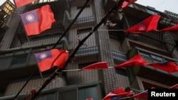 台湾桃园街道上飘扬的台湾旗帜。(2021年5月13日)