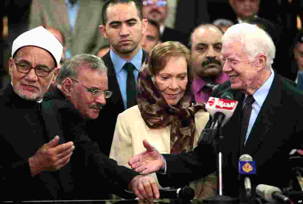 Former U.S. President Jimmy Carter (R) shakes hands with an official from Al-Azhar, a Sunni Muslim centre of learning, in Cairo May 24, 2012. Carter is in Egypt as part of the mission of his Carter Center to monitor presidential elections held on May 23 a