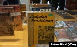 Sejumlah buku pelajaran dan majalah pendidikan pada masa lampau, koleksi Museum Pendidikan Surabaya. (Foto: VOA/ Petrus Riski).