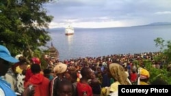 Burundi refugees crowed the shoreline of Lake Tanganyika at the Tanzanian village of Kagunga after fleeing political violence. (Credit: IRC)