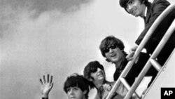 ARSIP – Dari kiri, Paul McCartney, Ringo Starr, John Lennon dan George Harrison menaiki tangga pesawat menuju Inggris dari bandara New York (21/9/1964). New York, New York (foto: AP Photo, Arsip)