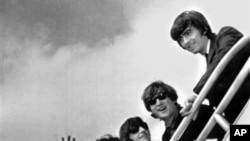 1964年9月21日,甲壳虫乐队演员在纽约一个机场登机返回英国前向歌迷告别。