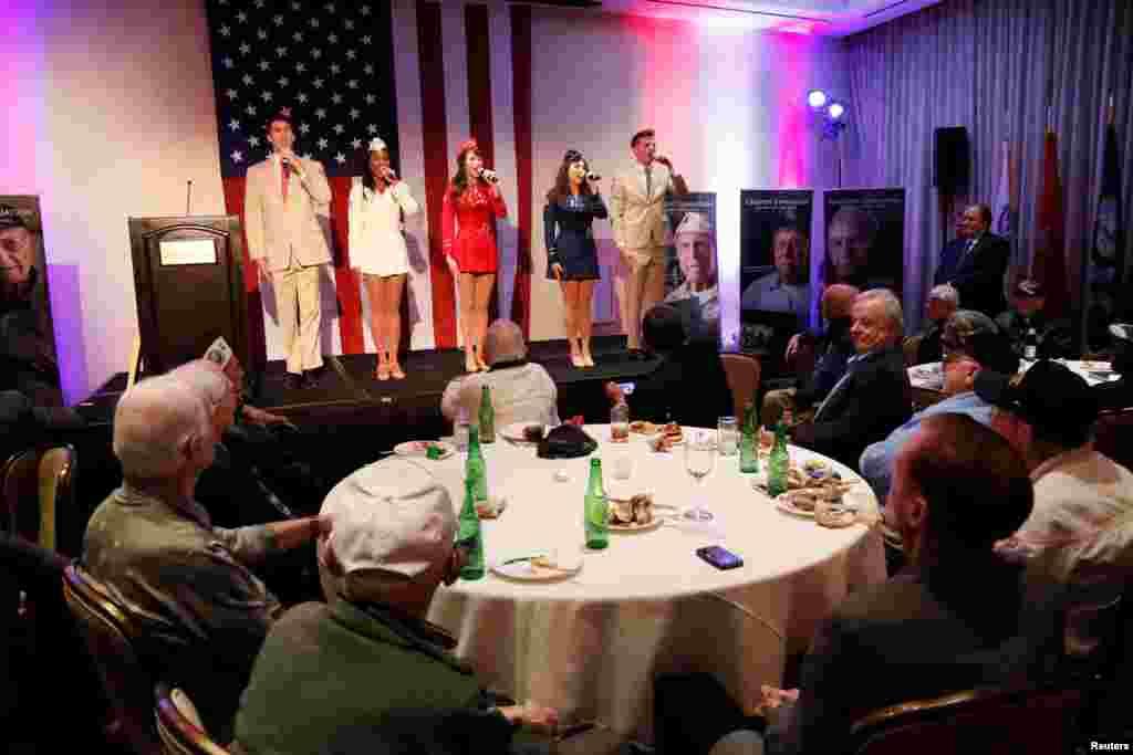 برپایی مراسمی به افتخار سی بازمانده جنگ جهانی دوم در بورلی هیلز در کالیفرنیا.