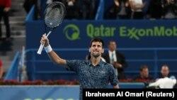 Novak Đoković proslavlja pobedu nad Nikolasom Bazilašvilijem iz Gruzije u četvrtfinalu turnira u Dohi, 3. januar 2018. (Foto: Reuters/Ibraheem Al Omari)