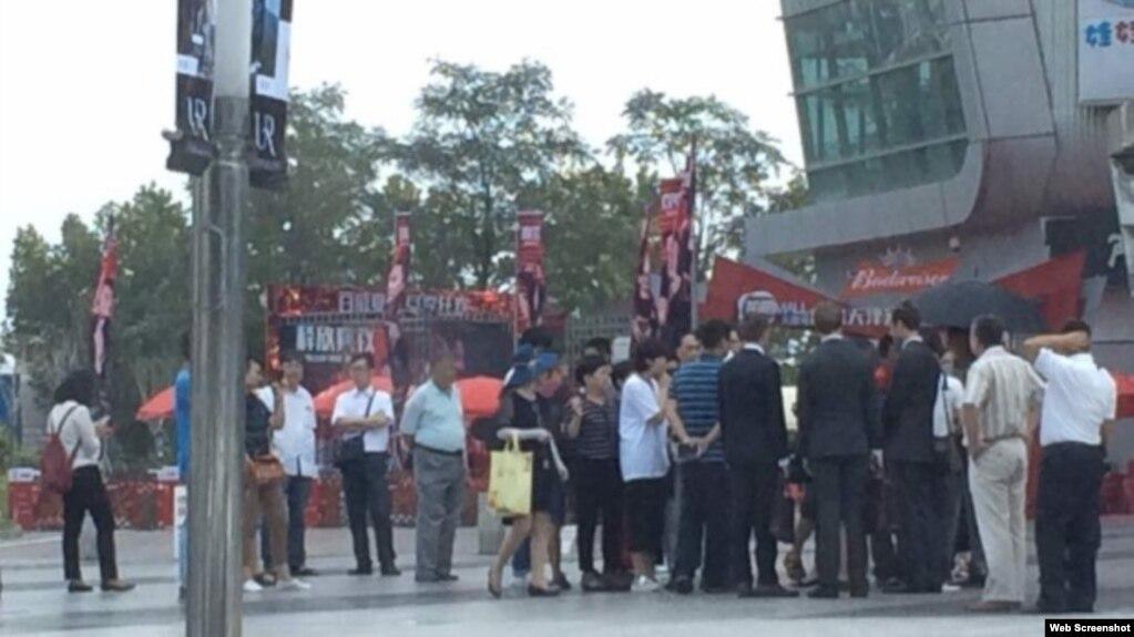 驻华外交官(西装)在天津遭便衣贴身限制活动自由。 (推特图片 )